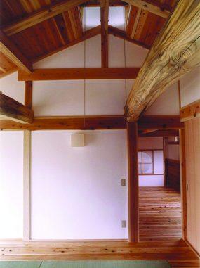 木組みの家「腰越の家」2階松梁