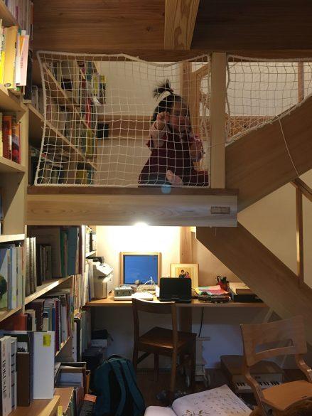階段下の書斎は赤ちゃんに占領されています。