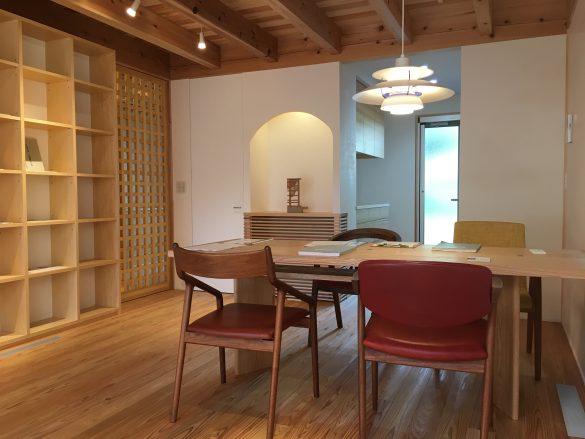 「吉祥寺の家4」オーローズの椅子と松井郁夫オリジナルテーブル