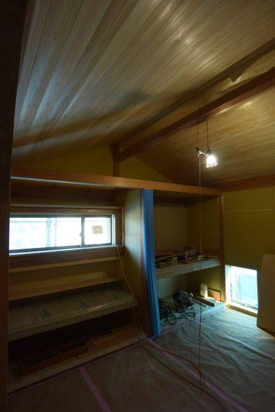 二階寝室の舟底天井