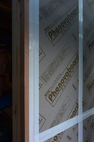 外壁の断熱材は気密テープで止めます。