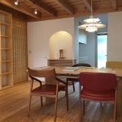 「吉祥寺の家4」オーローズの椅子とオリジナルテーブル